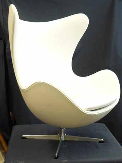 Pehmusteena käytämme munatuolin muotoihin erikseen leikkautettuja vaahtomuoveja. Näin varmistamme, että tuolin sulavat muodot säilyvät myös uudelleen verhoilussa tuolissa. Verhoilemme munatuoleja sekä nahalla että kankaalla. Tämä tuoli on verhoiltu valkoisella nahalla.